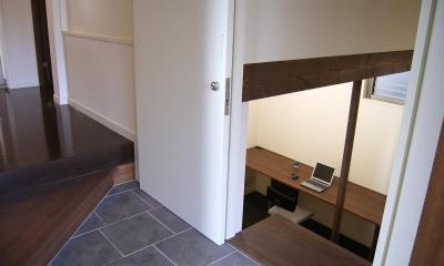 地下1階地上3階の混構造 バス通りの家 (玄関脇から入る半地下の書斎)