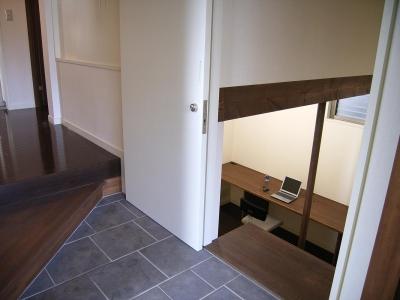 玄関脇から入る半地下の書斎 (地下1階地上3階の混構造 バス通りの家)