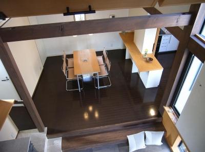 地下1階地上3階の混構造|バス通りの家 (子供室からダイニングを見下ろす)