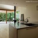 031軽井沢Tさんの家の写真 キッチンからテラスを見る