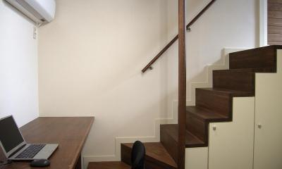 地下1階地上3階の混構造 バス通りの家 (書斎の箱階段)
