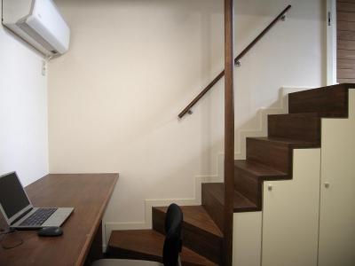 書斎の箱階段 (地下1階地上3階の混構造|バス通りの家)