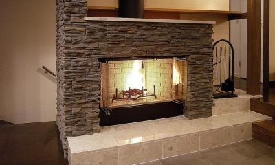 地下1階地上3階の混構造 バス通りの家 (暖炉)