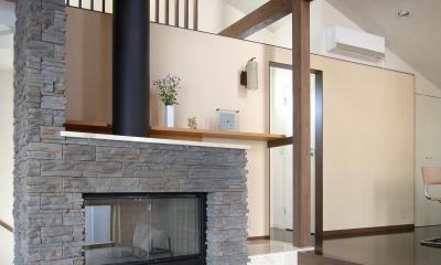 地下1階地上3階の混構造 バス通りの家 (暖炉と自立壁)