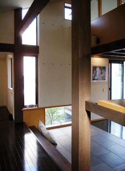 地下1階地上3階の混構造|バス通りの家 (木の架構と開口)