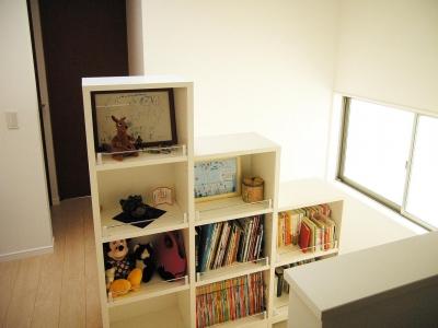 階段脇の本棚 (上下につながるコミュニケーション|大倉山の家)
