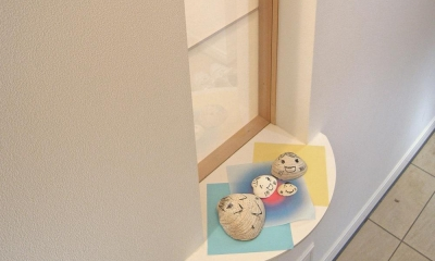 上下につながるコミュニケーション|大倉山の家 (玄関脇の飾り棚)