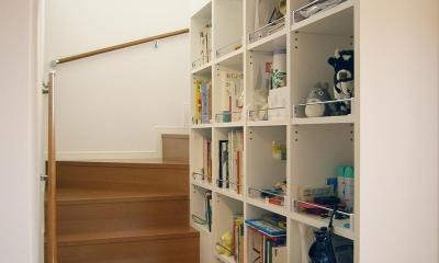 上下につながるコミュニケーション|大倉山の家 (階段脇の本棚)