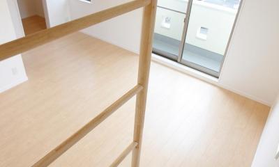 上下につながるコミュニケーション|大倉山の家 (ホビールームと主寝室間の階段)