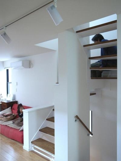 階段はリビングの延長として (狭小敷地に建つ木造耐火の3階建て住宅|亀戸の家)