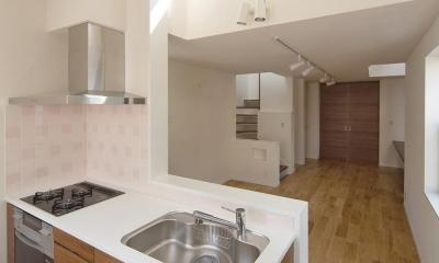 狭小敷地に建つ木造耐火の3階建て住宅|亀戸の家 (キッチン上部の窓からルーフテラスの様子が確認できる)