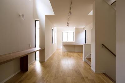2階のワークスペースとLDK (狭小敷地に建つ木造耐火の3階建て住宅|亀戸の家)