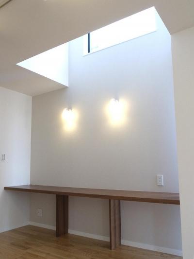 ハイサイドから光の入るワークスペース (狭小敷地に建つ木造耐火の3階建て住宅|亀戸の家)