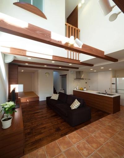 ワンフロアワンルームの木造住宅|小平の家 (吹抜のあるダイニングとリビング)