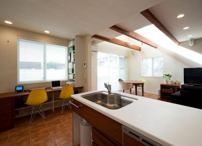 ワンフロアワンルームの木造住宅|小平の家 (キッチン脇の多目的カウンター)