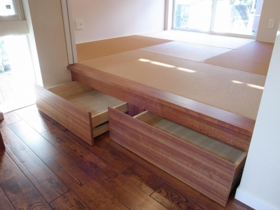 引出しが格納された小上がりと、亜麻色の畳 (ワンフロアワンルームの木造住宅|小平の家)
