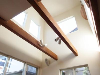 ワンフロアワンルームの木造住宅|小平の家 (ダイニング見上げ)