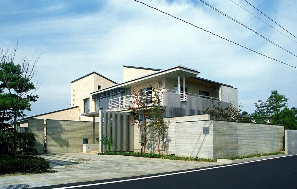 RC造の三世代住宅|六条の家 (外観は水平線を強調したのびやかなデザイン)
