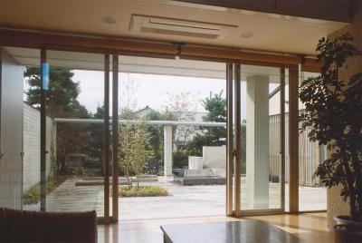 リビングから中庭を見る (RC造の三世代住宅|六条の家)