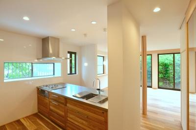 キッチンから南庭の緑を見る (HOUSE F)