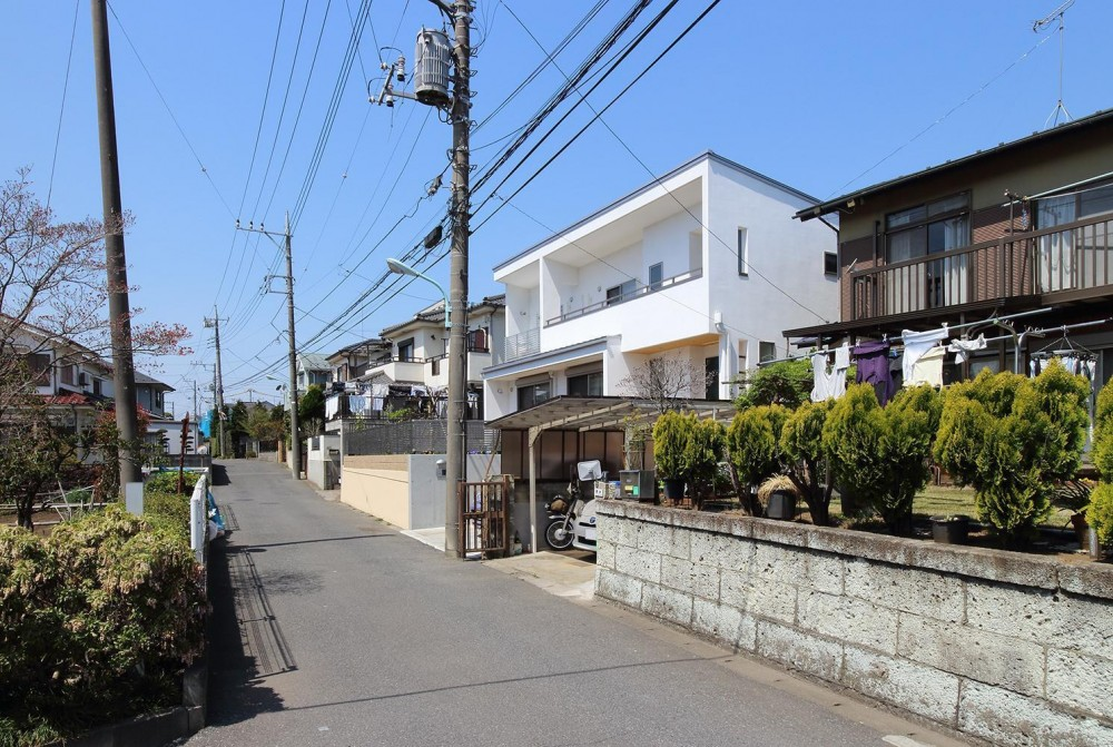 水平フラットな外観でまとめた木造|東久留米の家 (道路からの外観)