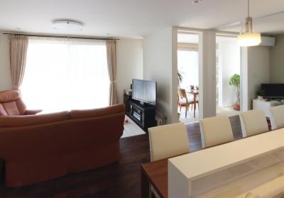 水平フラットな外観でまとめた木造 東久留米の家 (手前にキッチン。奥にリビングとインナーテラス。)