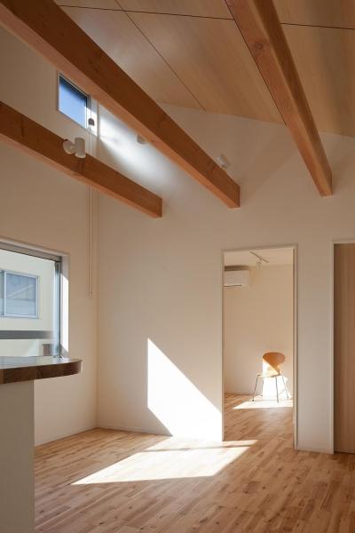 焼杉を使った店舗付き住宅|世田谷のShop&House (リビング・ダイニングの傾斜天井)