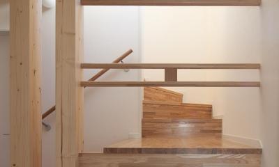 焼杉を使った店舗付き住宅|世田谷のShop&House (階段の踊り場)