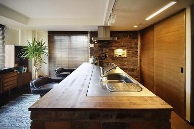 キッチン (珪藻土と木のぬくもりに包まれた、バーカウンターのあるリビング)