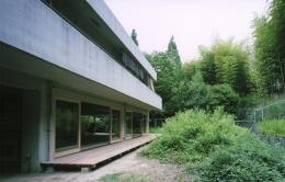 竹包隠居 tikuhouinkyo (ピロティー部を住居にリノベーションした外観)
