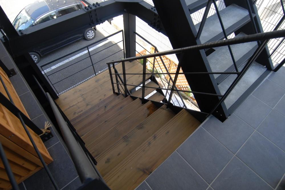 Patioのある家 (鉄骨階段)