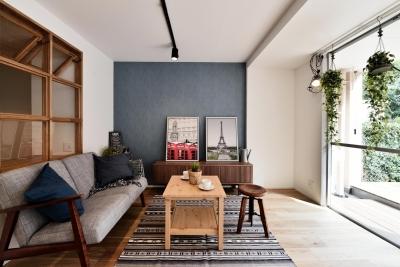 風が抜ける室内窓とウッドデッキのシングル&DINKS空間 (LDK)