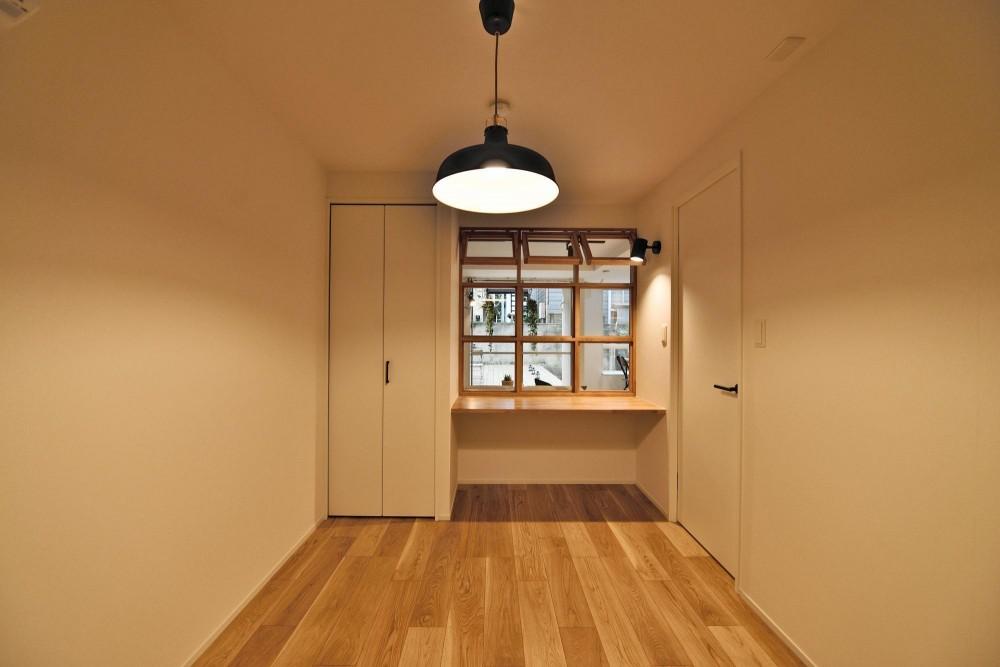 風が抜ける室内窓とウッドデッキのシングル&DINKS空間 (書斎・ベッドルーム)