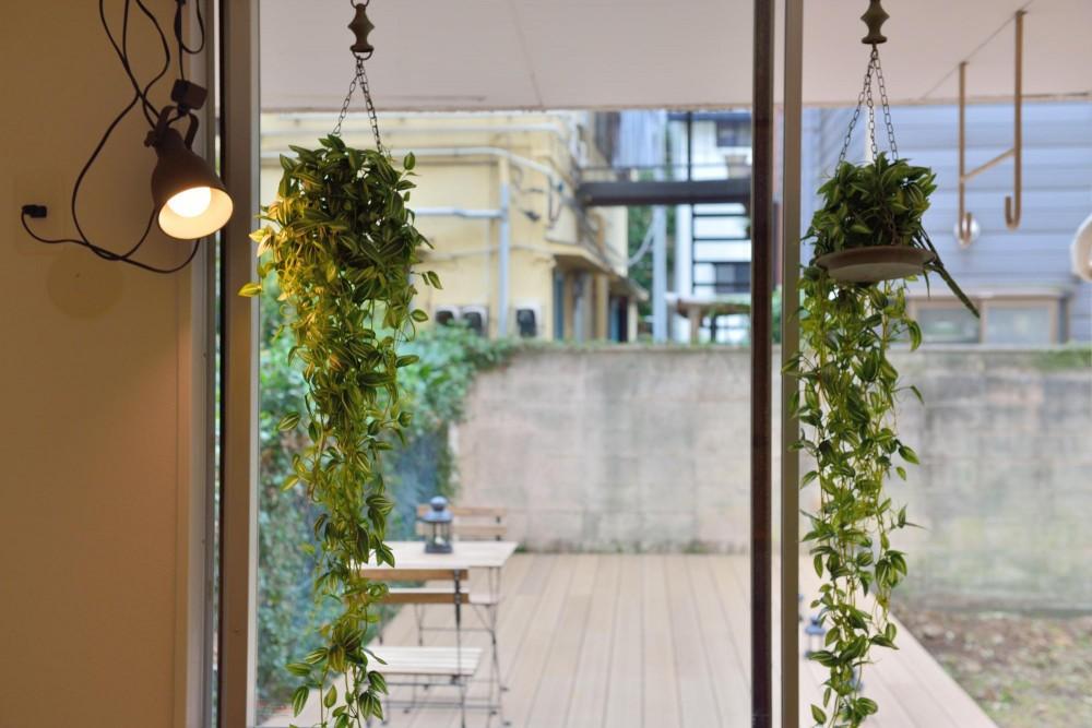 風が抜ける室内窓とウッドデッキのシングル&DINKS空間 (LDKから眺めるウッドデッキ)