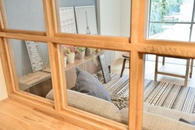 室内窓の前面に取り付けられた造作ボード (風が抜ける室内窓とウッドデッキのシングル&DINKS空間)