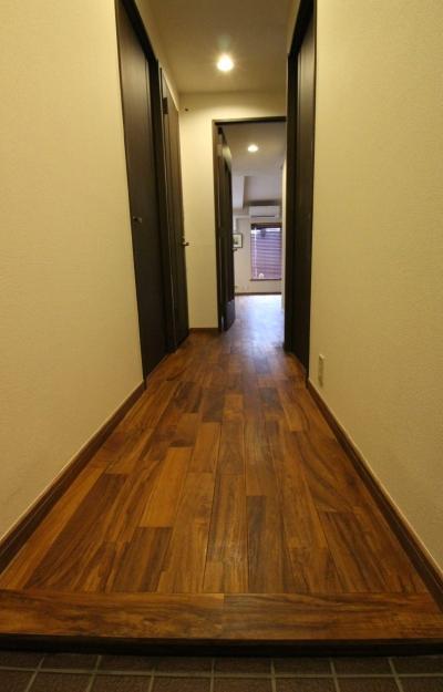 廊下 LDに続くチーク無垢材 (チーク無垢フローリングが味わい深い、趣味を楽しむ家。)