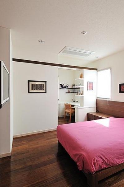寝室 (大好きな書籍に囲まれて暮らす平屋住宅)