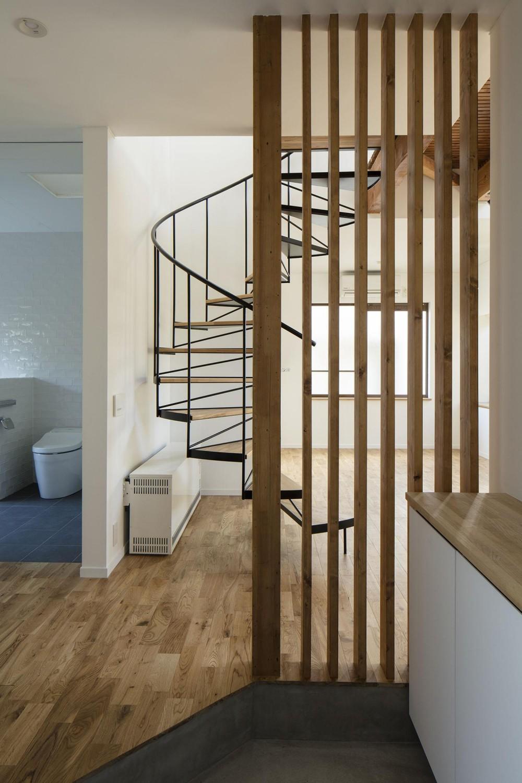 西が岡I邸-魅力ある空間に一新させる吹抜けと螺旋階段- (玄関)