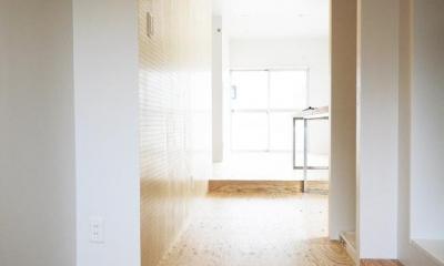 【マンション1LDK】シンプルなシングルライフスタイル (有孔ボードがある玄関廊下)