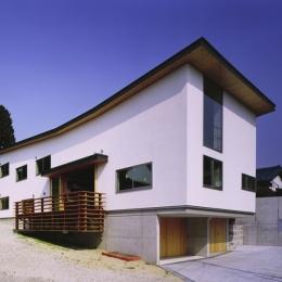 二路 ninji-斜面にそって屋根が弧を描く外観