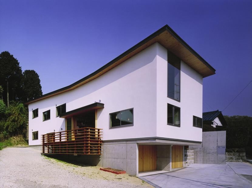 斜面にそって屋根が弧を描く外観 (二路 ninji)
