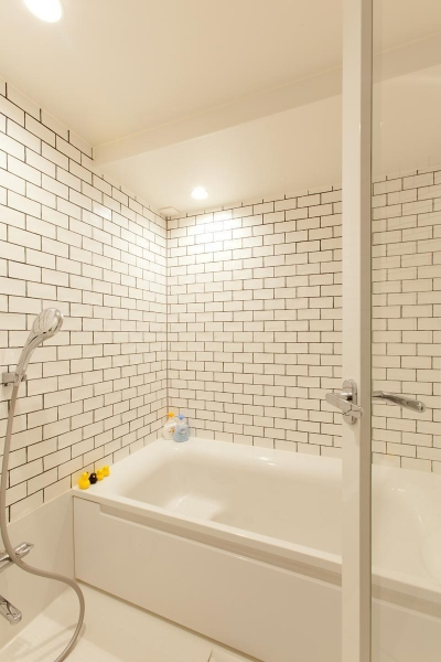 浴室 (緑と日差しと、ナチュラルな素材。見えないところも丁寧に仕上げた、子供にも優しい住まい。)