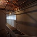 天井裏の構造が透ける2F廊下