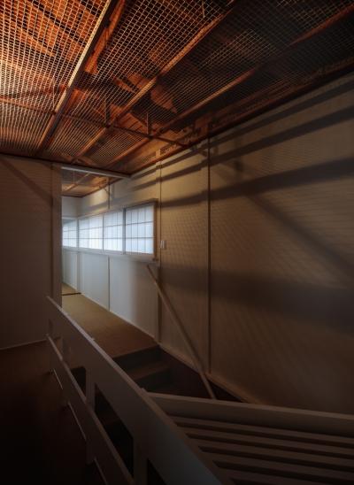 装迎遊居 sougeiyukyo (天井裏の構造が透ける2F廊下)