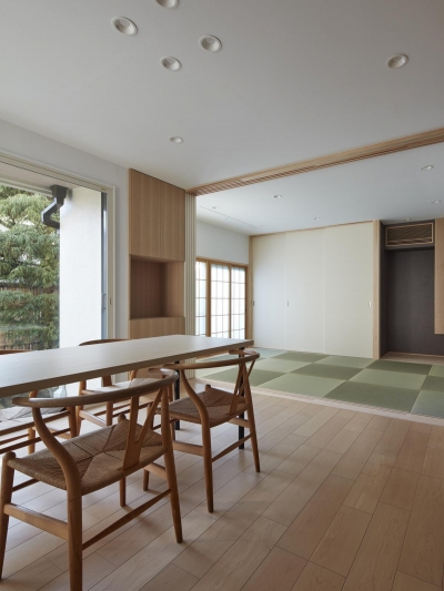 小岩の二世帯住宅 (和室と一体の広々としたダイニング(親世帯))