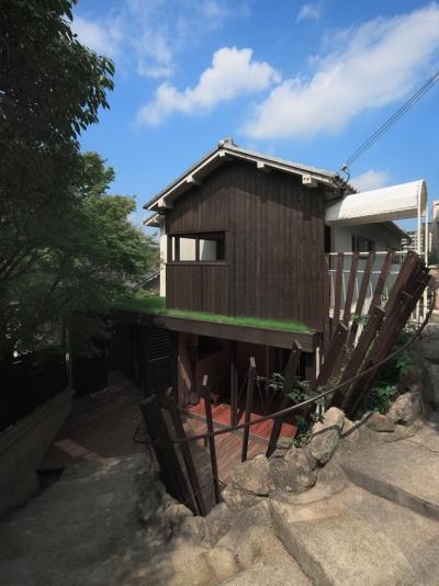 壁面緑化と手すりを兼ねたルーバーに包まれるテラス (装迎遊居 sougeiyukyo)