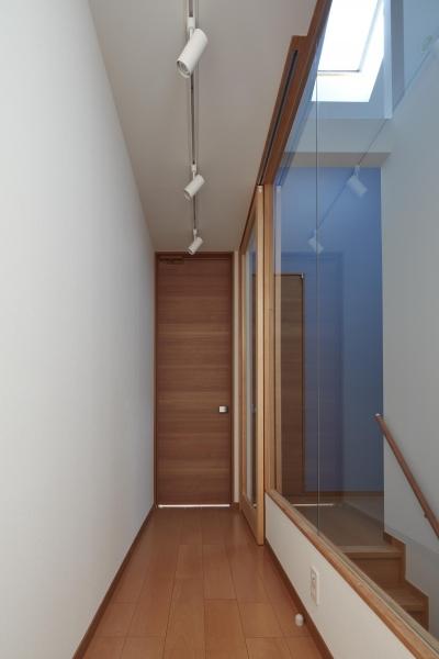 ギャラリーウォールと階段室(子世帯) (小岩の二世帯住宅)