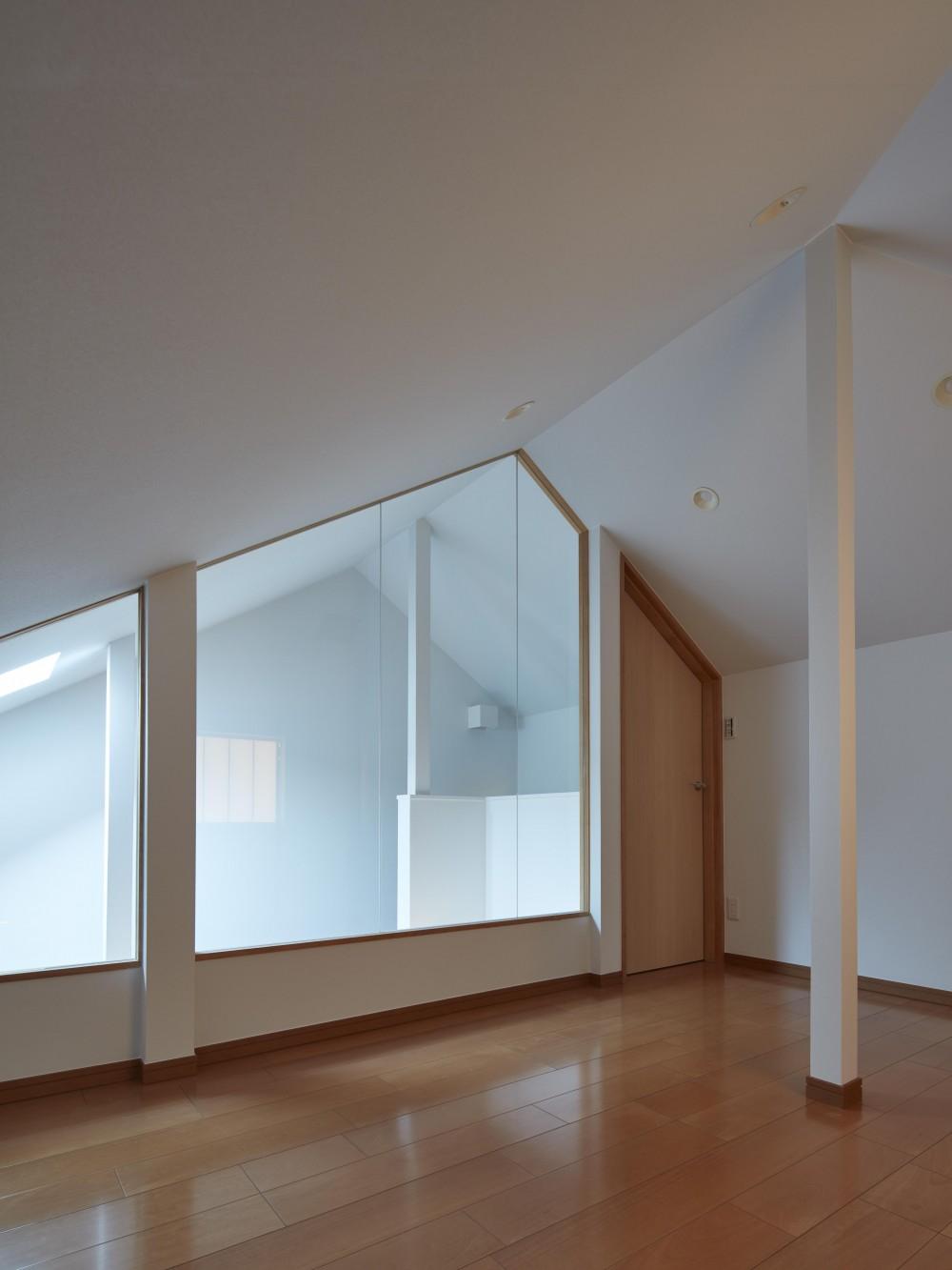 小岩の二世帯住宅 (階段室のトップライトから光が差すロフト(子世帯))