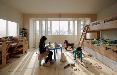 5階住居/子供部屋 窓際のインナーバルコニー (積窓居 Show Window House)