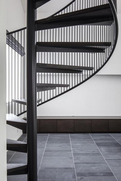 繊細な手摺の螺旋階段 (駅前通りの家)